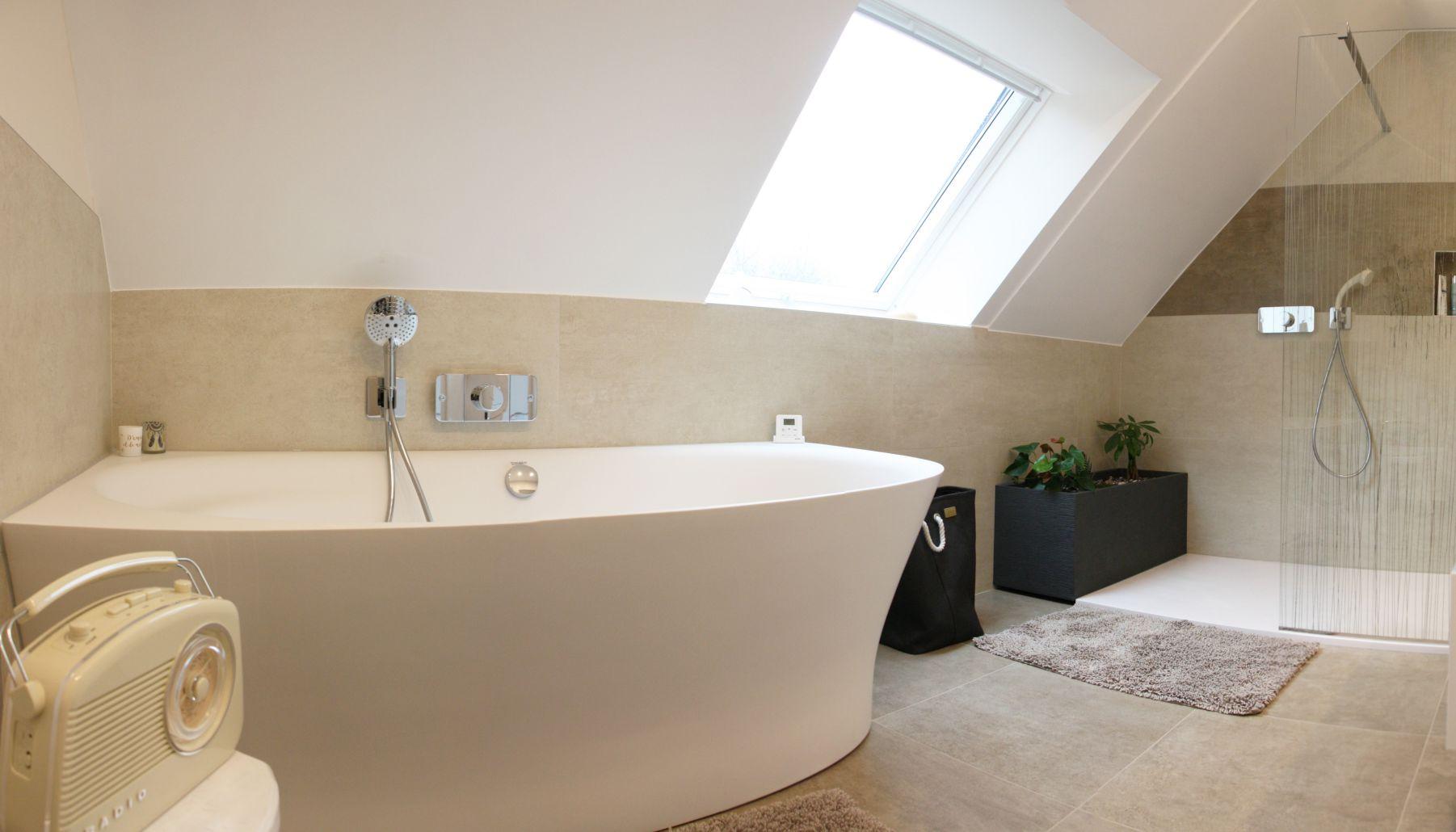 baignoire blanche grande avec beaucoup de style