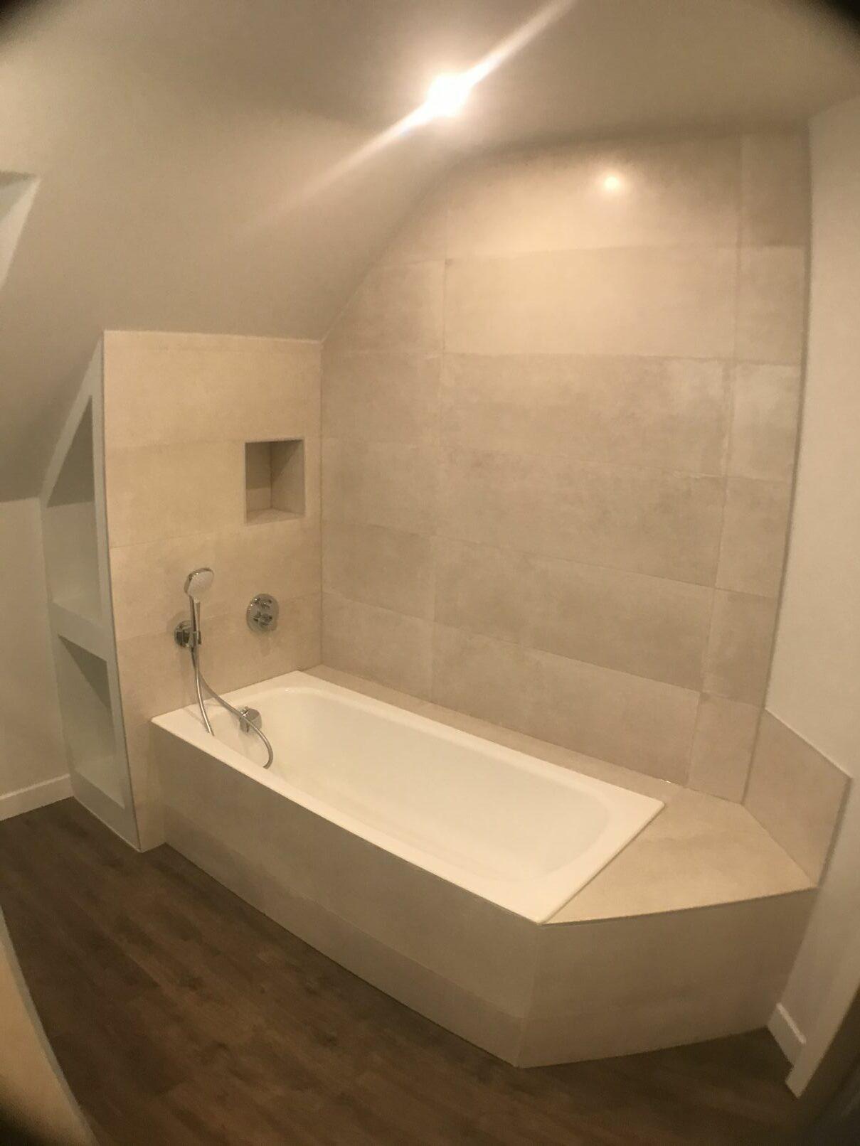 etagere-incrustée-salle-de-bain et bainoire