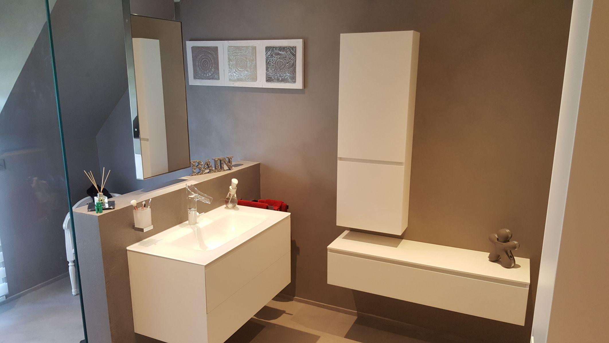 salle-de-bain-beton-cire-gris-miroir-suspendu