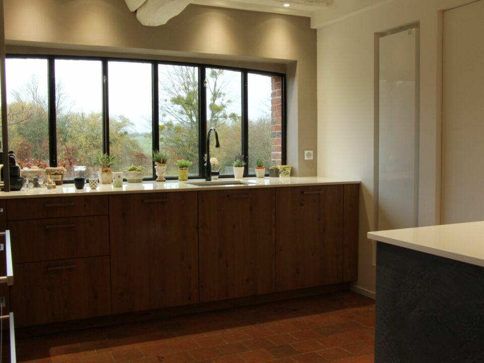 vue vers l'extérieur avec la verrière sur mesure cuisine aménagée