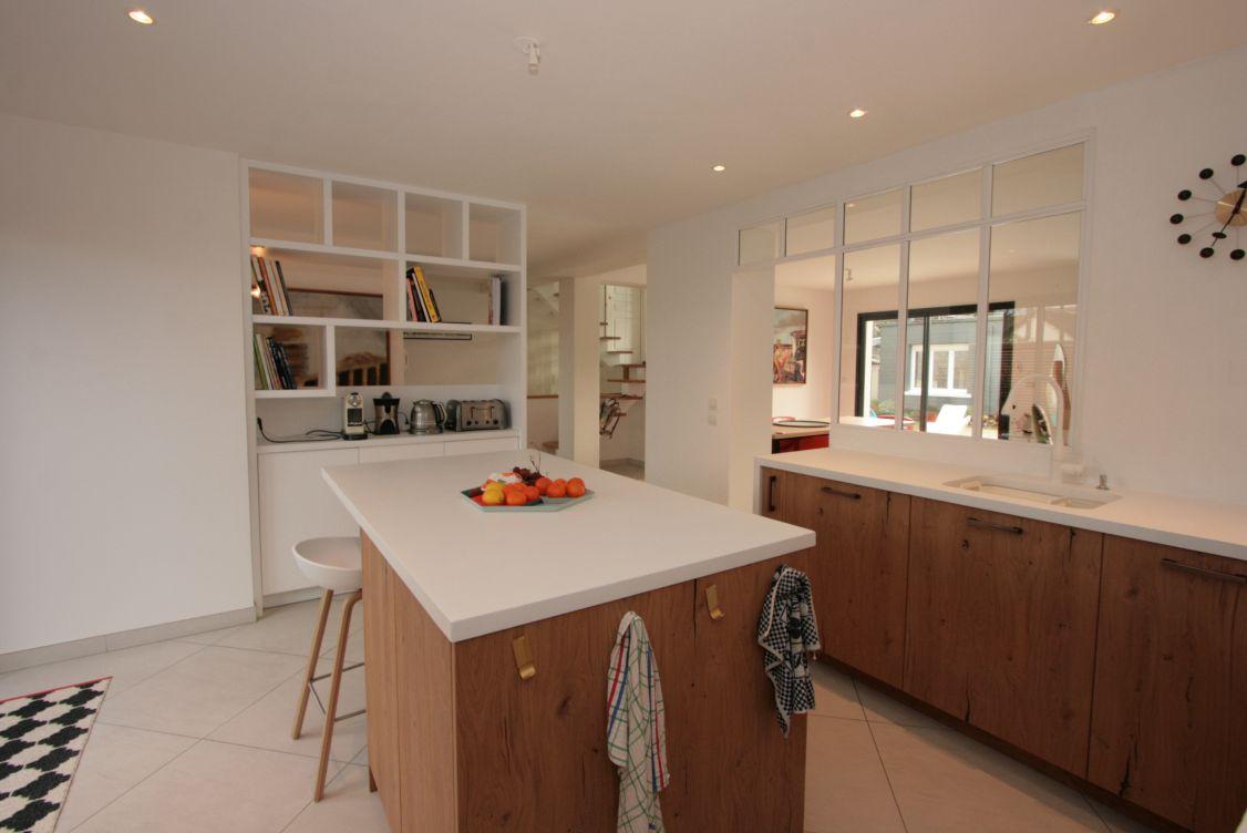 cuisine - bois - blanc - amenagement - original - atypique - ouverture - verrière