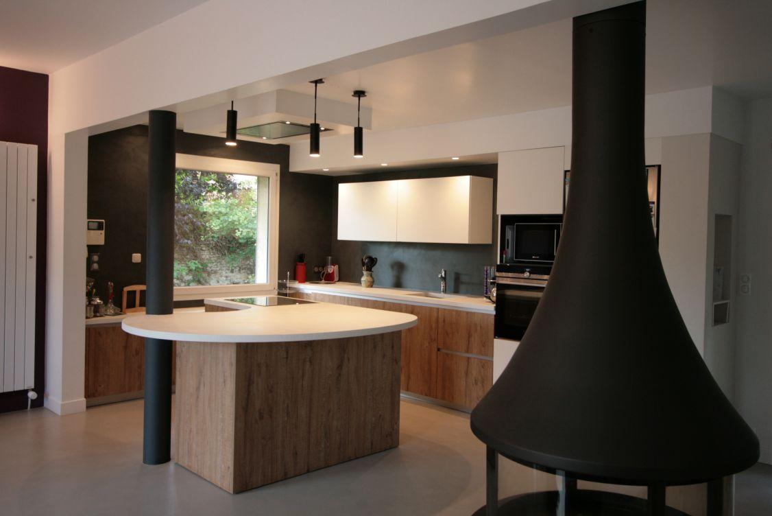 cuisine - bois - blanc - luminaire - arrondi - moderne - atypique - poele - central - original - suspendu - noir