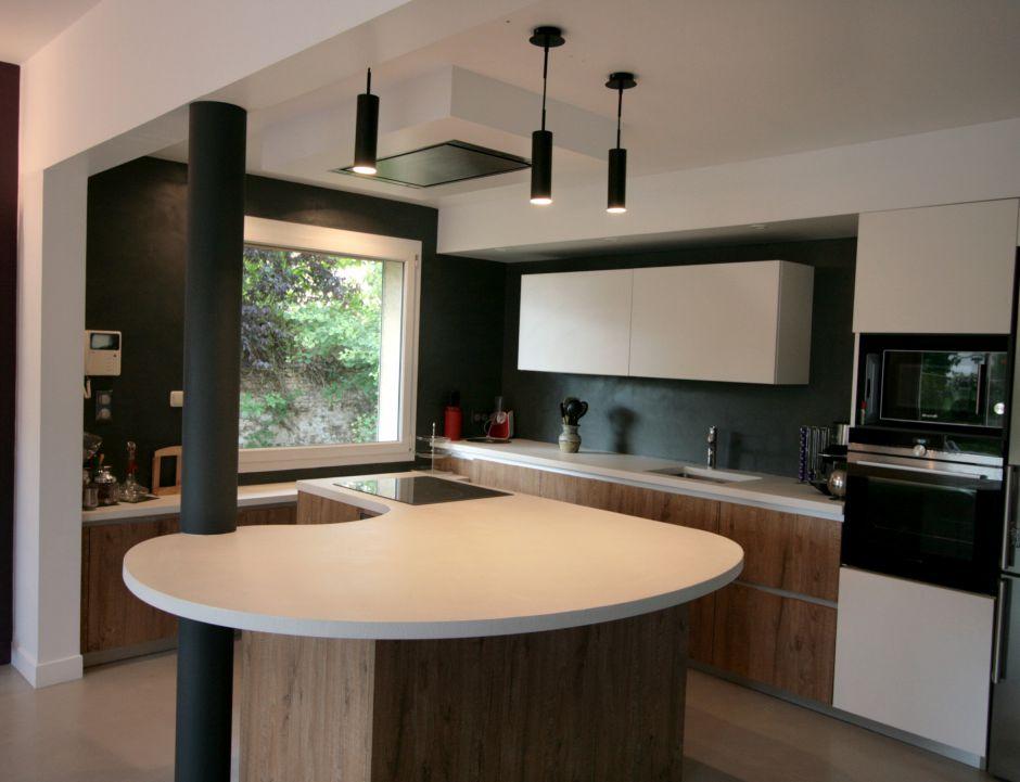 cuisine - bois - blanc - mur - noir - luminaire - arrondi - moderne - contemporain - atypique