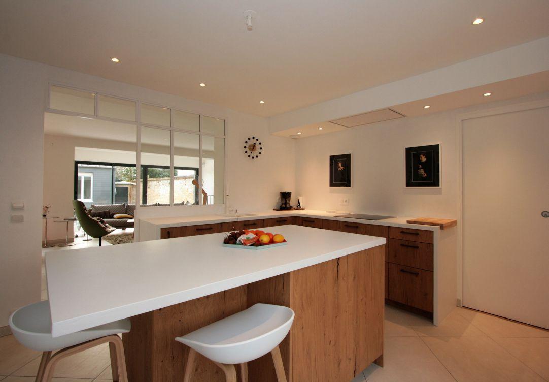 cuisine - bois - blanc - ouverture - moderne - atypique - ilot - central - verrière