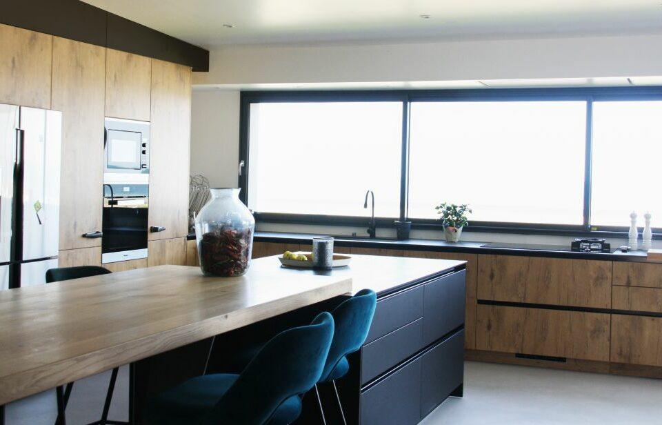 cuisine - bois - noir - beton - ciré - ouverture - fenetre - lumière