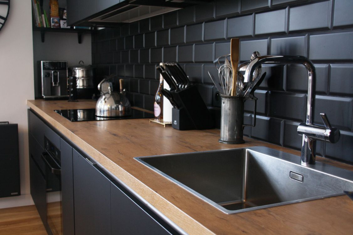 cuisine - bois - noir - evier - inox - credence - pave - metro - noir - mat - industriel - moderne