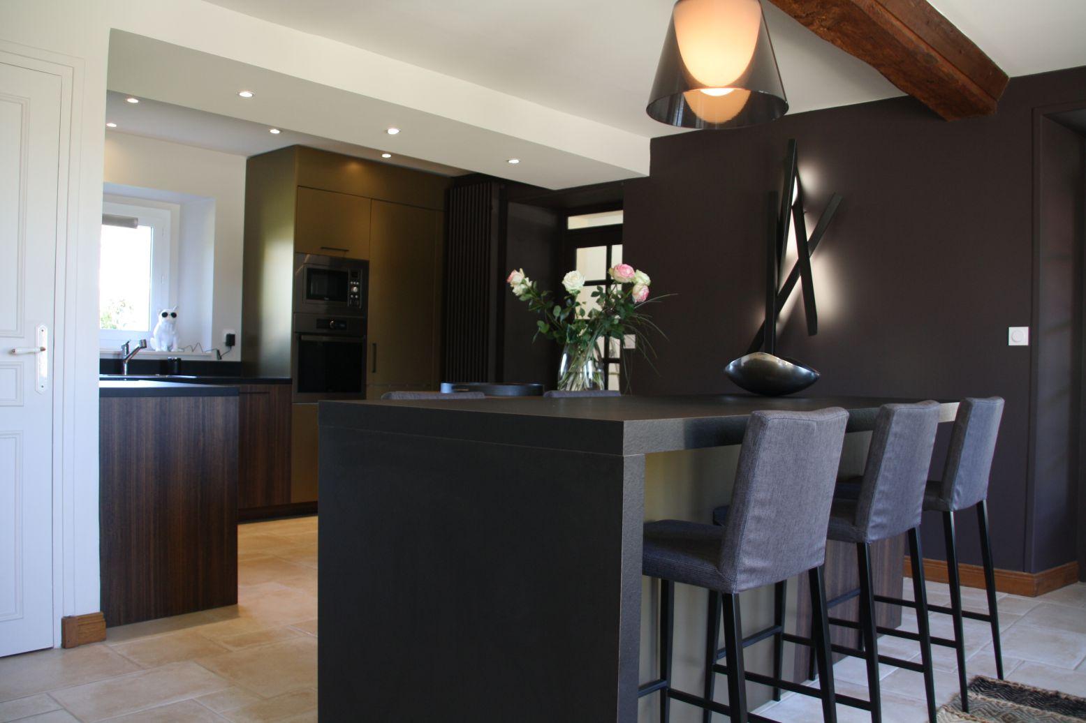 cuisine - bronze - or - bois - noir - moderne - chic