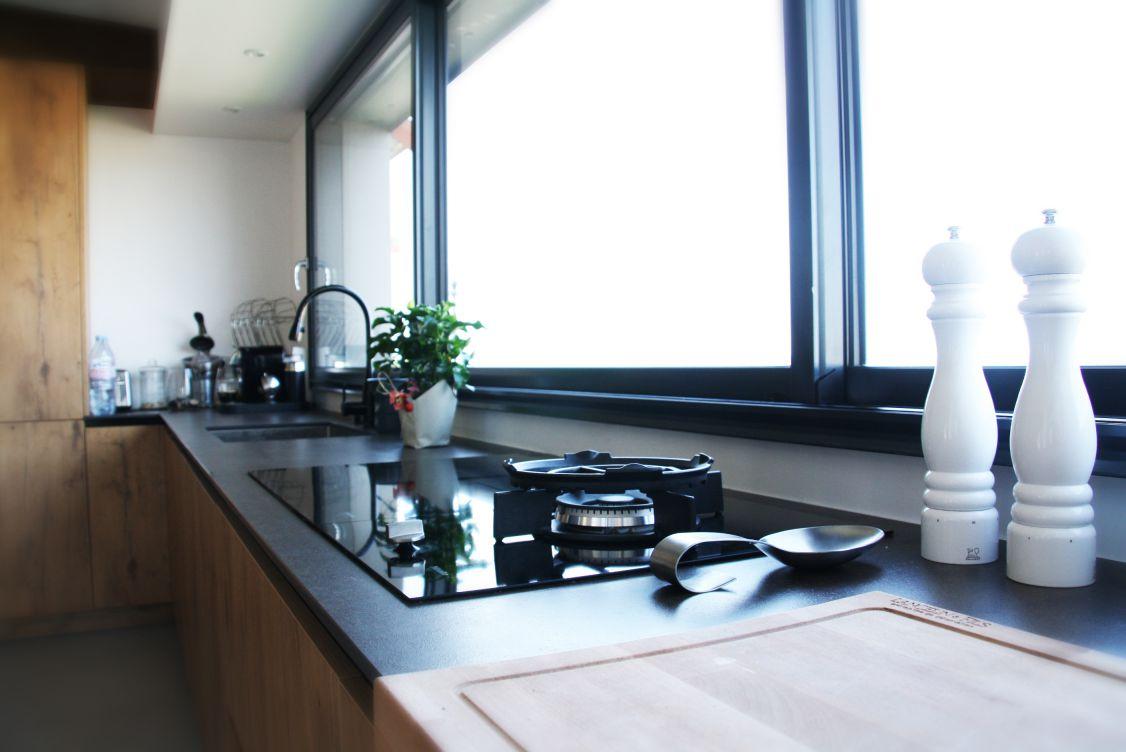 cuisine - fenetre - lumière - noir - bois