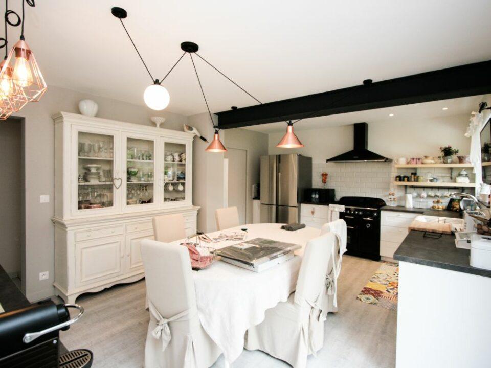cuisine - luminaire - table - blanc