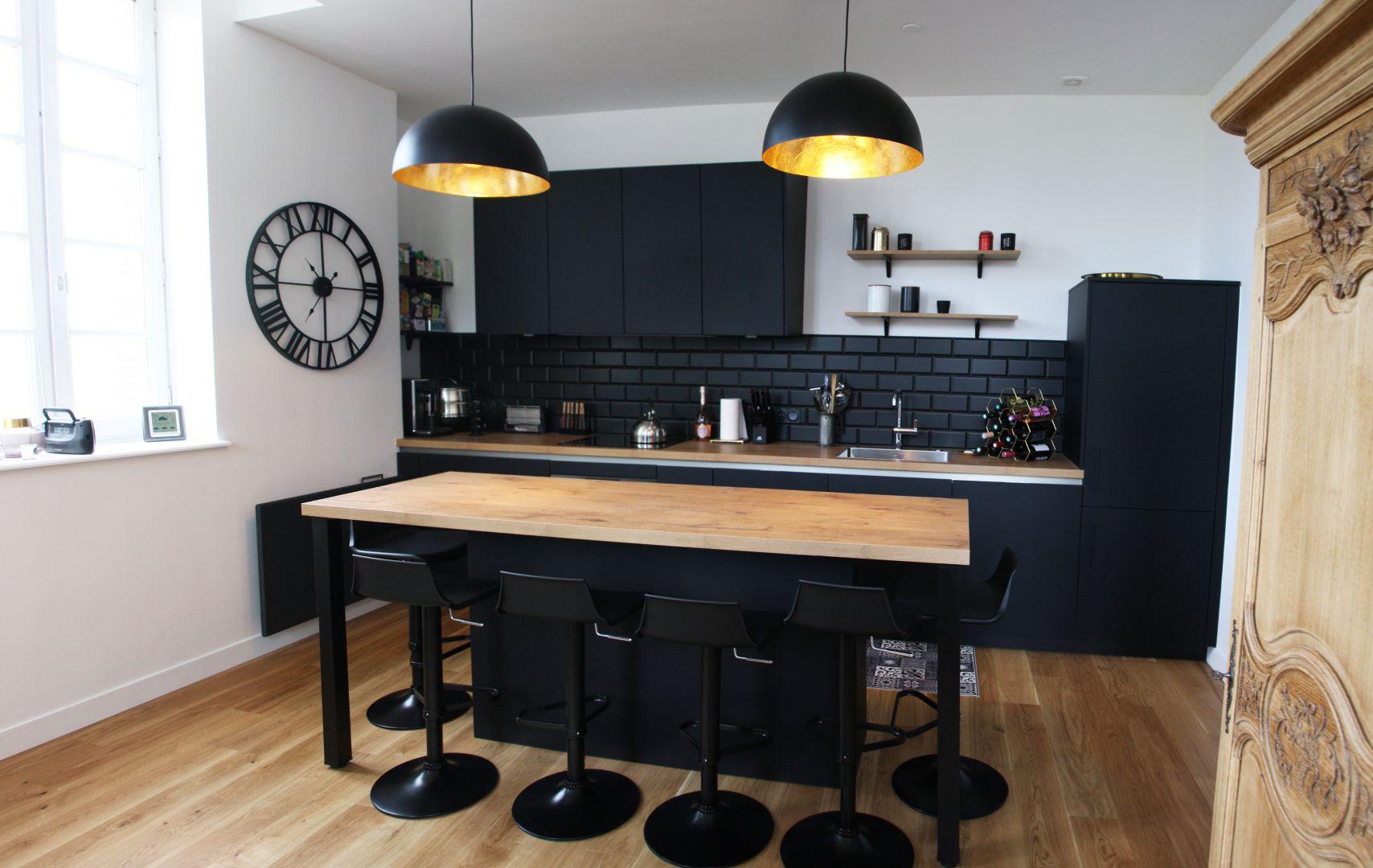 cuisine - moderne - noir - bois - luminaire - or - credence - pave - metro - mat - industriel - horloge