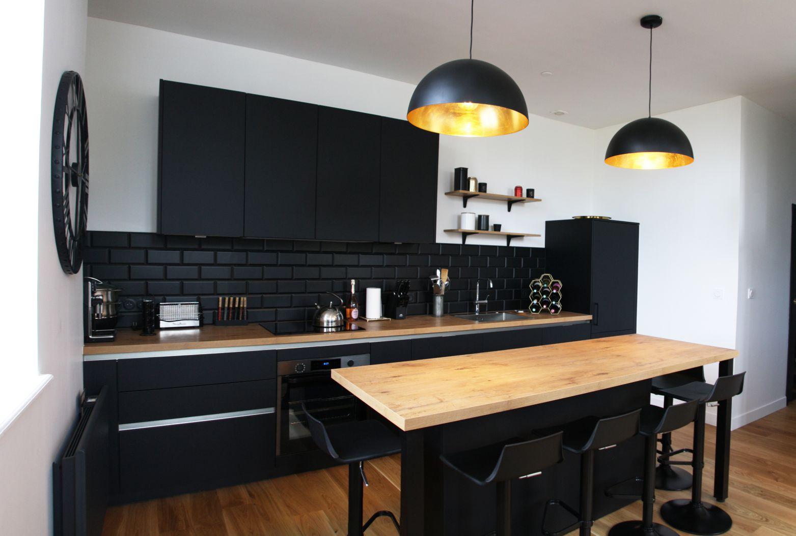 cuisine - moderne - noir - bois - luminaire - or - credence - pave - metro - mat - industriel