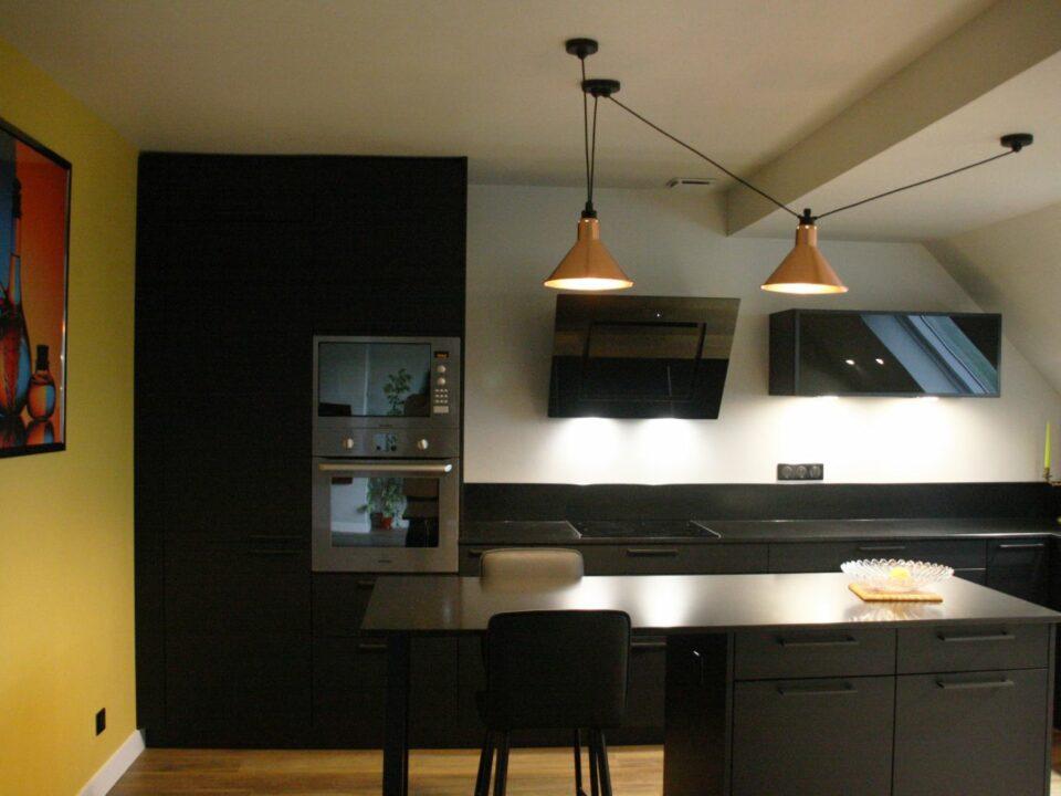 cuisine - noir - blanc - jaune - babouche - moderne - luminaires - cuivre