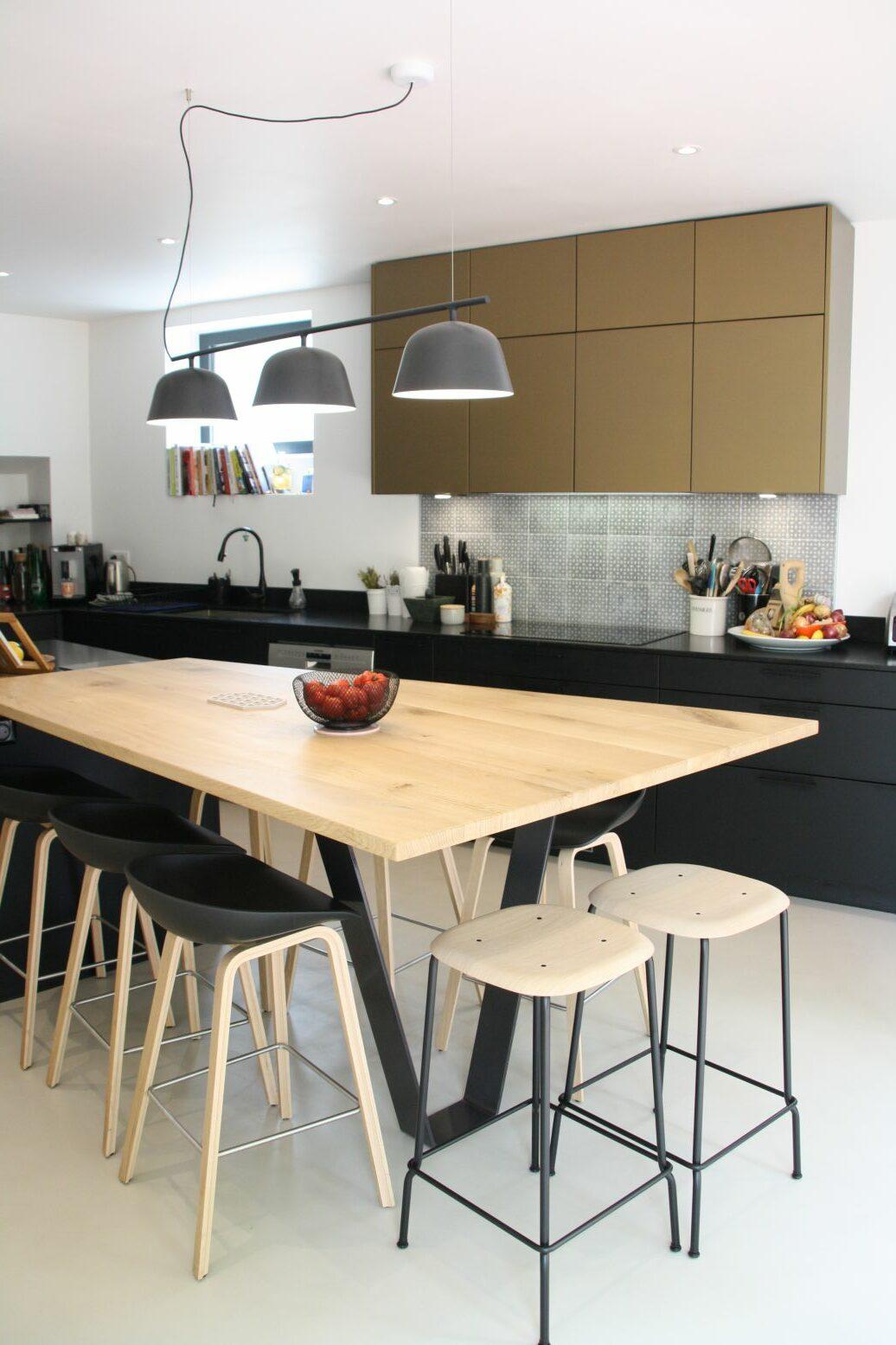 cuisine - noir - or - bronze - luminaire - table - bois - tabouret