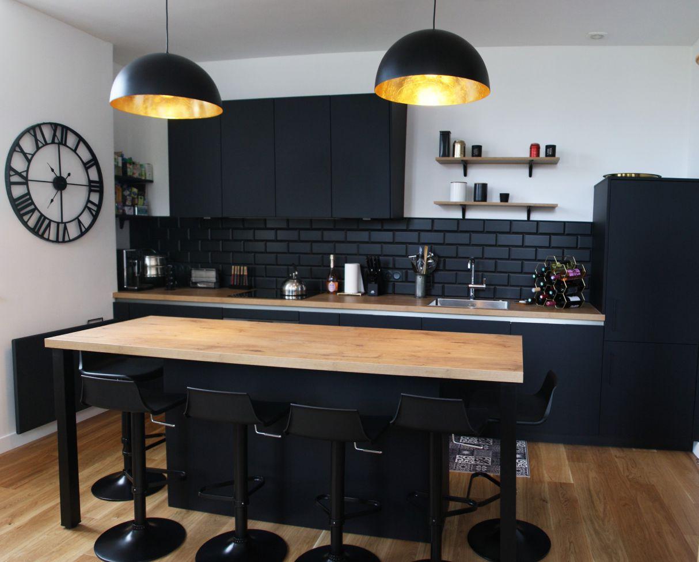 cuisine - noire - boic - mat - luminaire - horloge - crédence