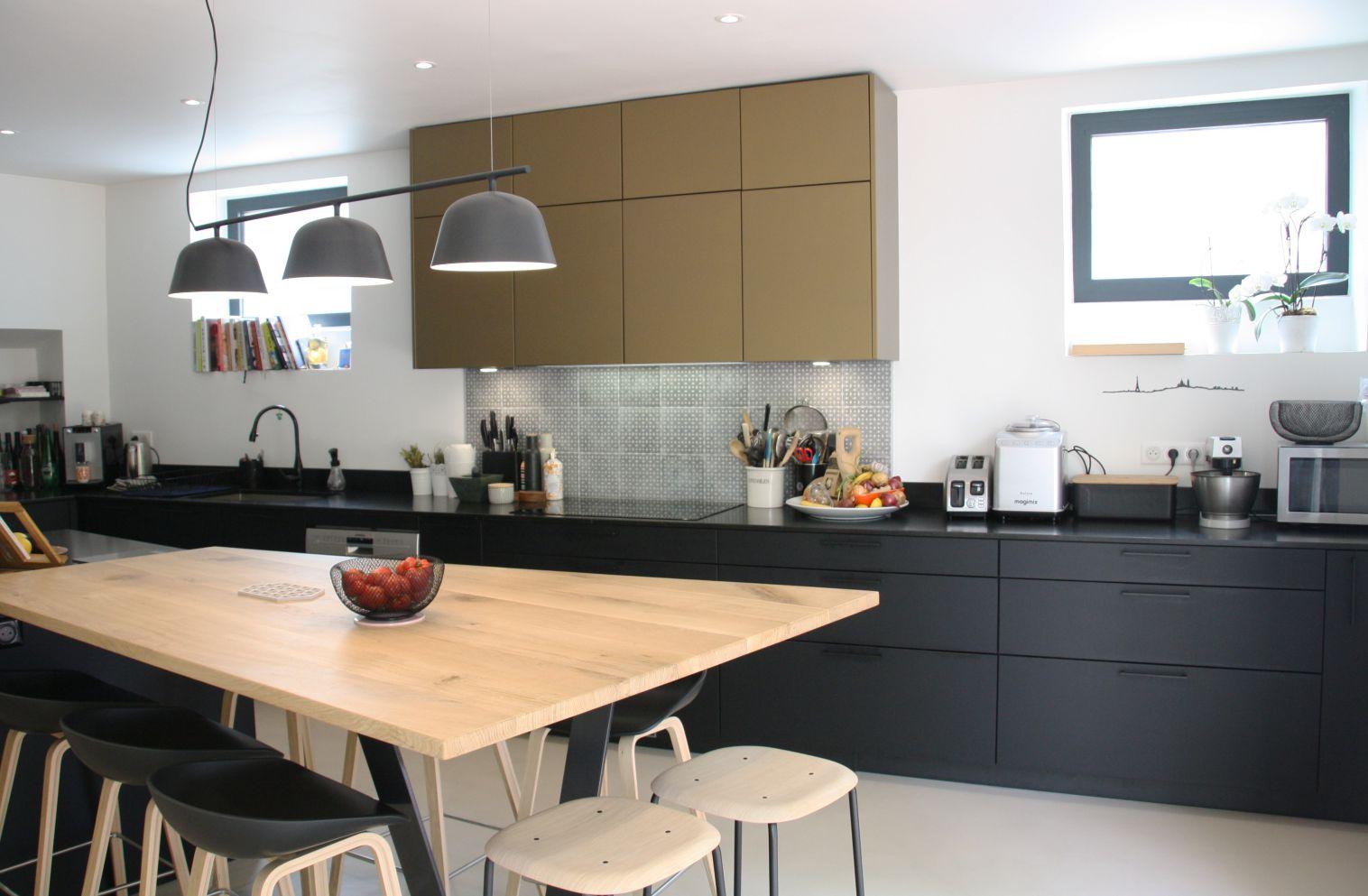 cuisine - or - bronze - bois - noir - moderne