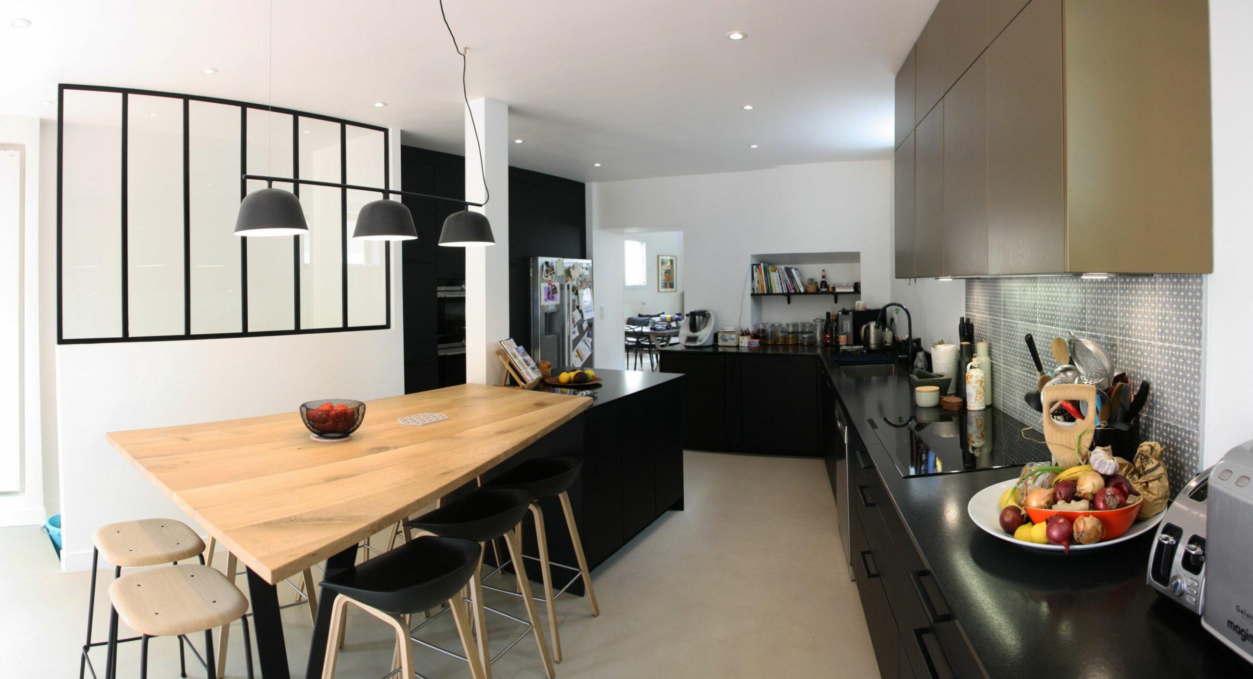 cuisine - verrière - beton - cire - table - bois - noir - bronze