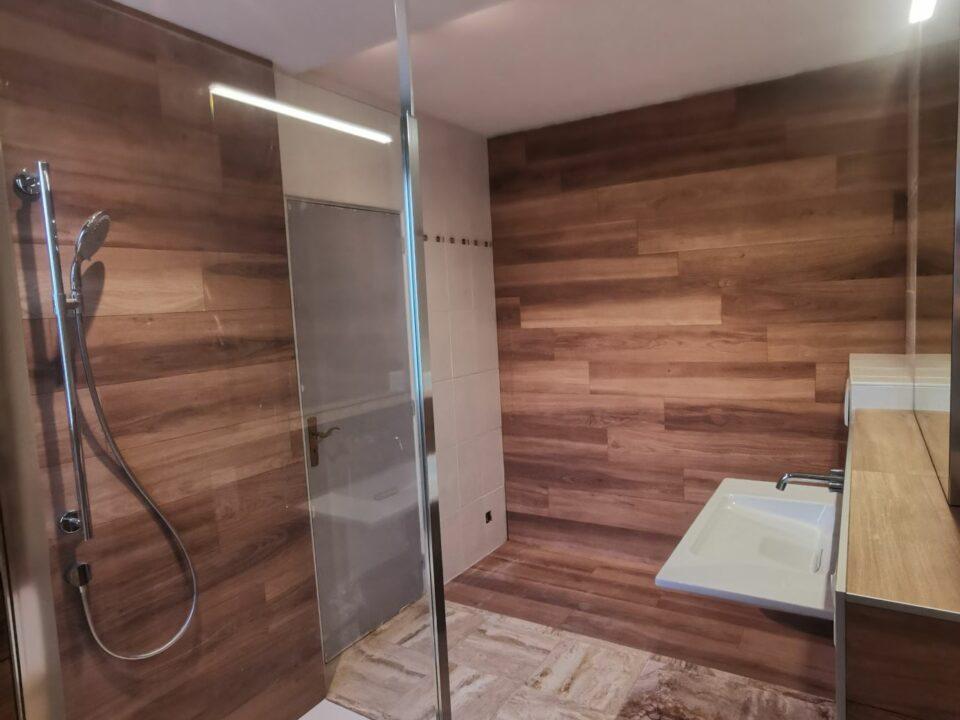 salle-de-bain-couleur-bois-design-modern-italienne