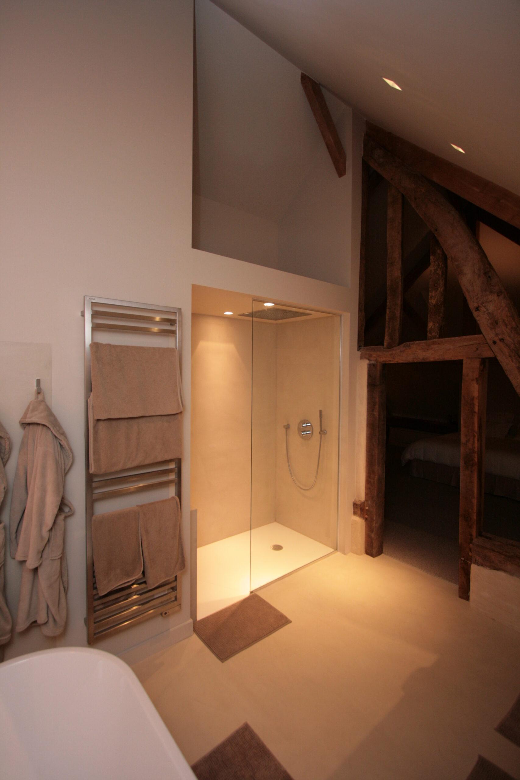salle-de-bain-douche-italienne-atypique-poutre-bois-radiateur