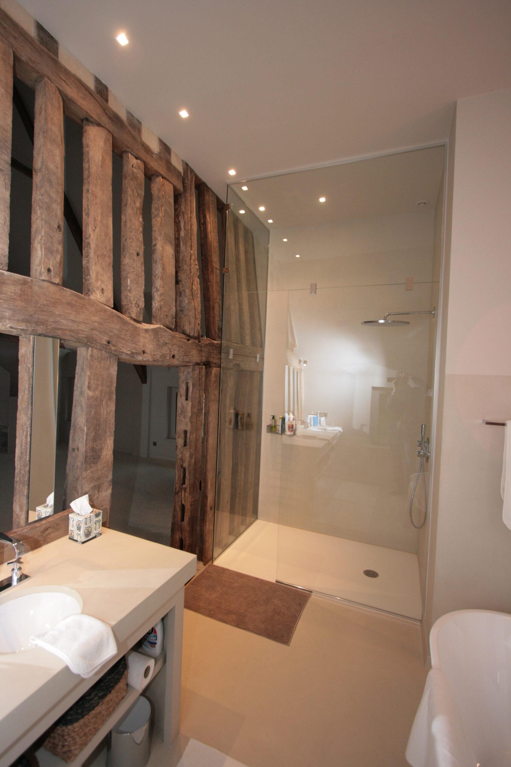 salle-de-bain-douche-italienne-poutre-bois-atypique