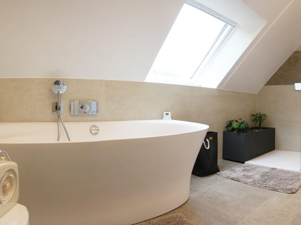 salle-de-bain-sous-pente-baignoire-beige-crème