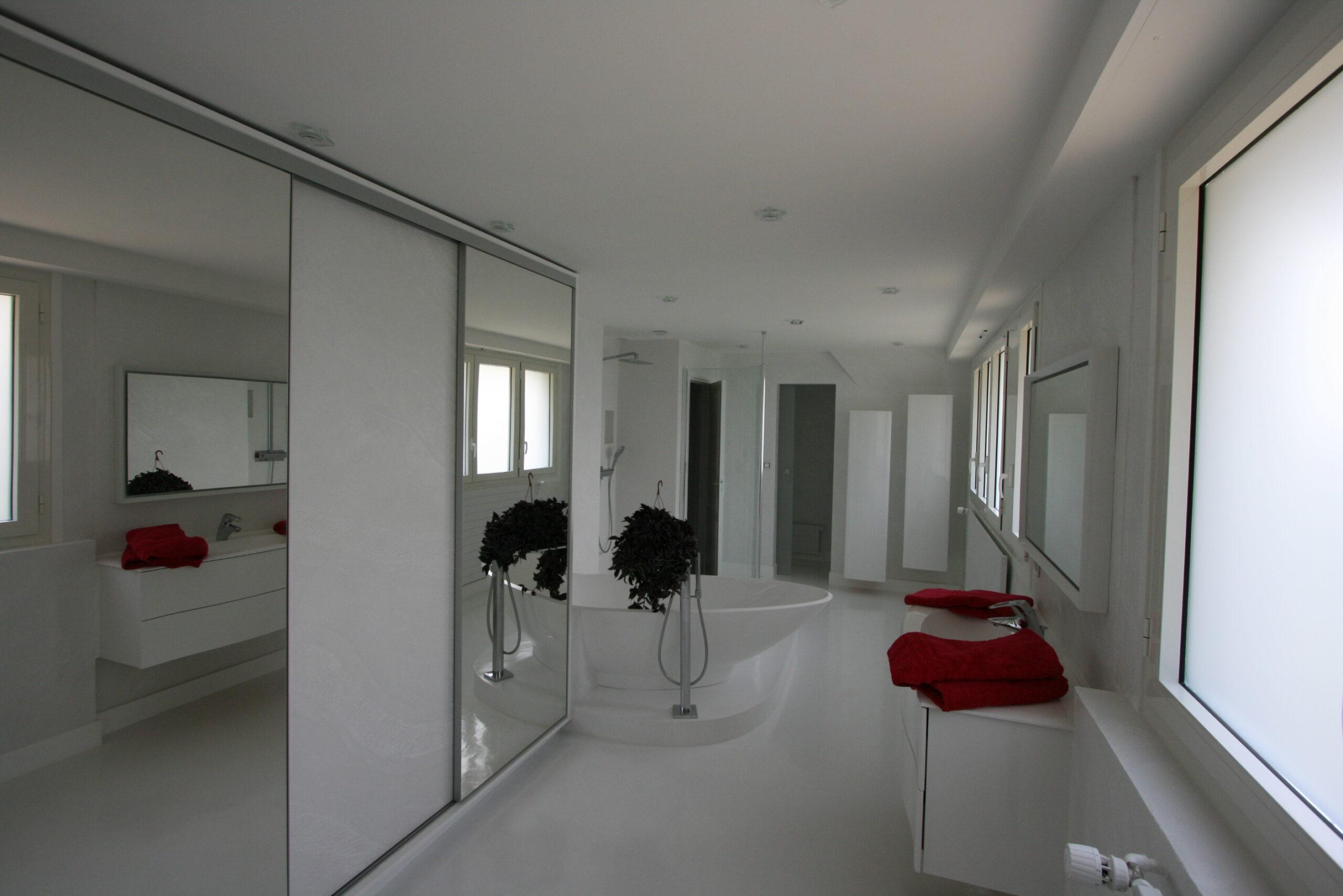suite-parentale-dressins-placard-baignoire-ilot-blanc-beton-cire