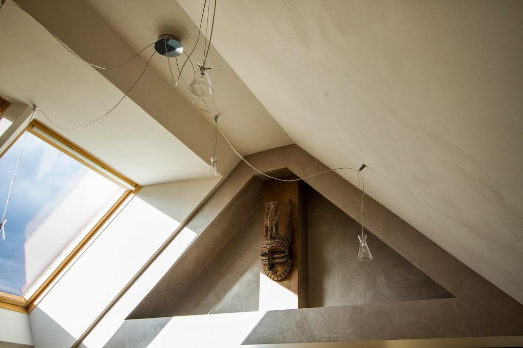Luminaires originaux avec plafond en béton ciré